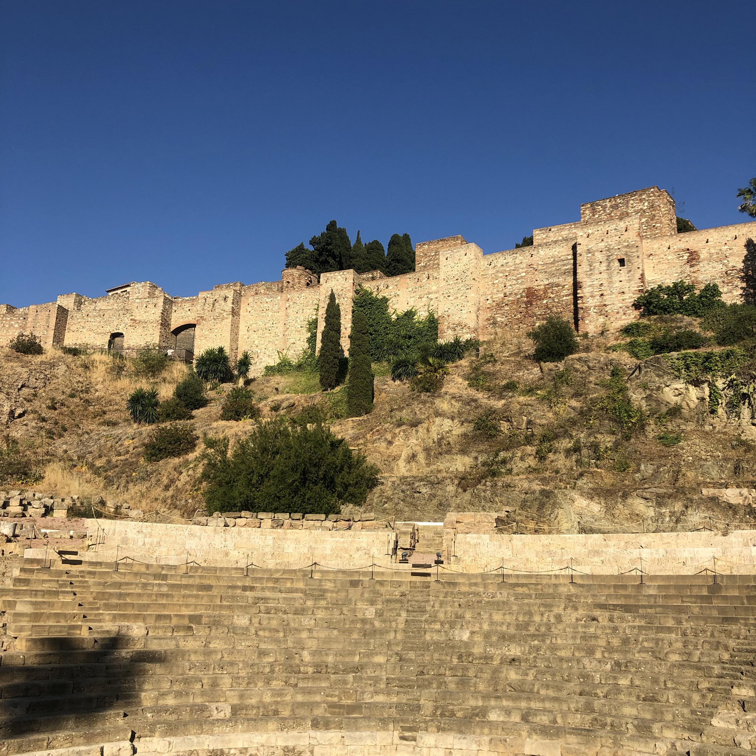 Vista del Teatro Romano de Málaga desde la calle.