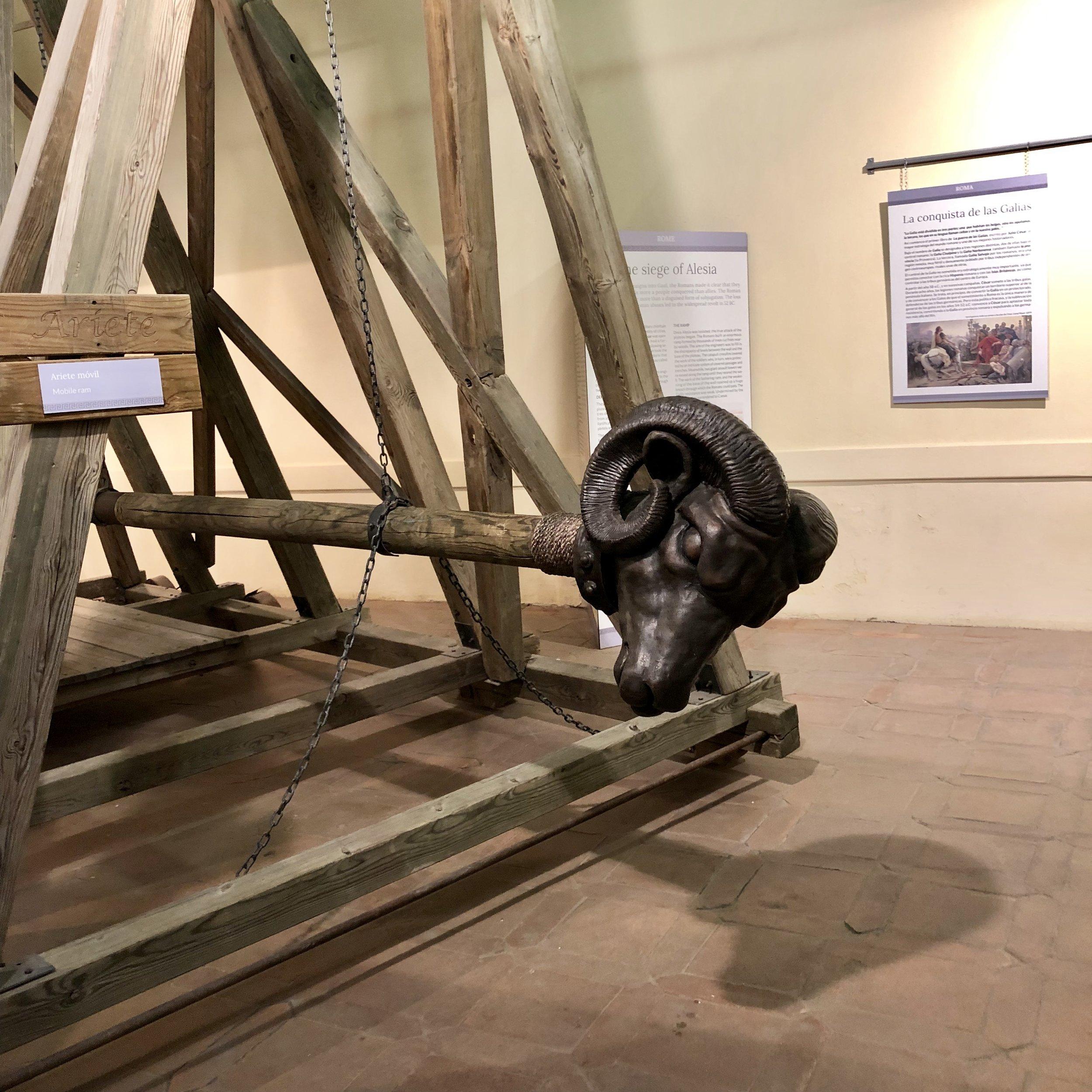 Exposición dogfriendly en Toledo sobre catapultas y armas de asedio.