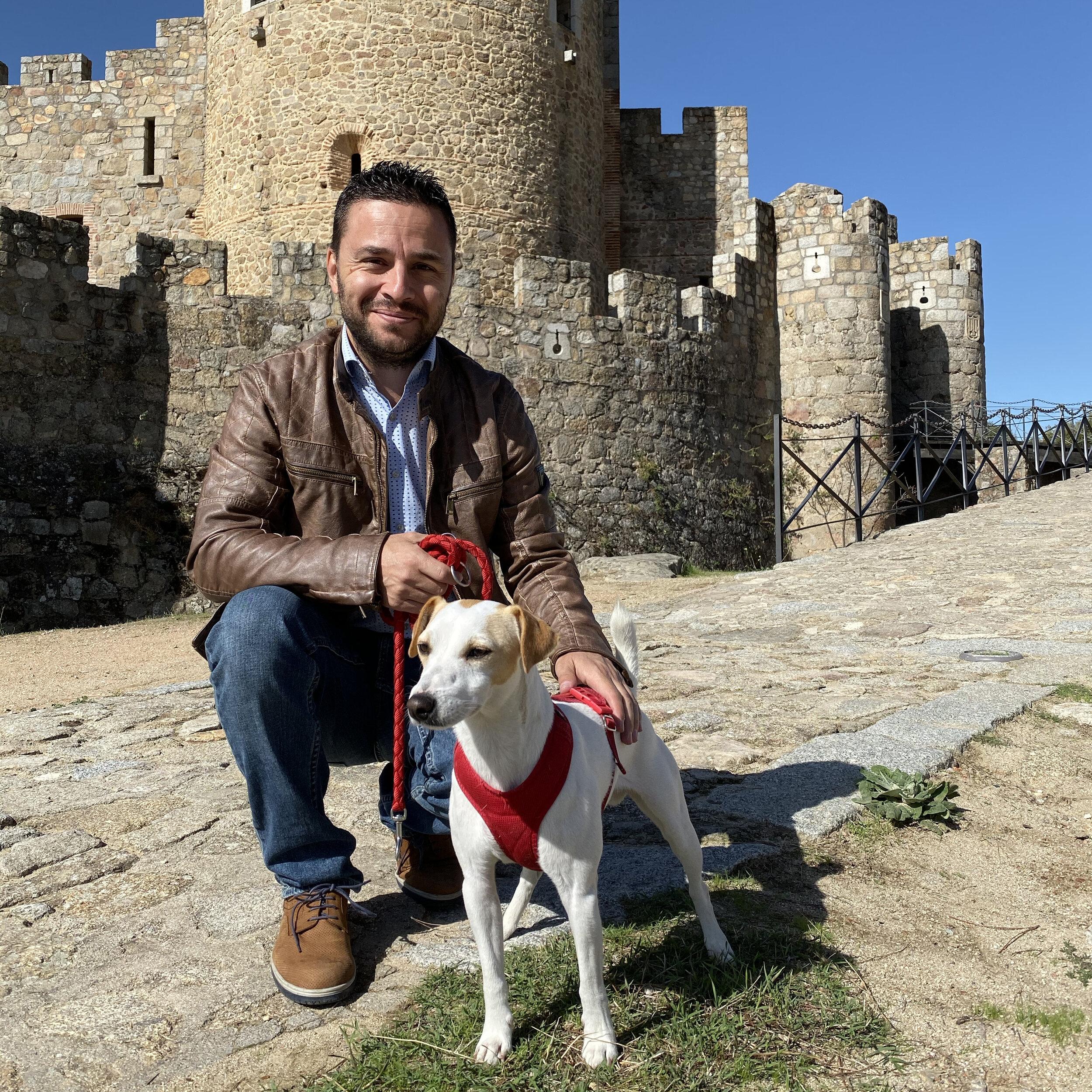 Pipper acompañado del alcalde de La Adrada.