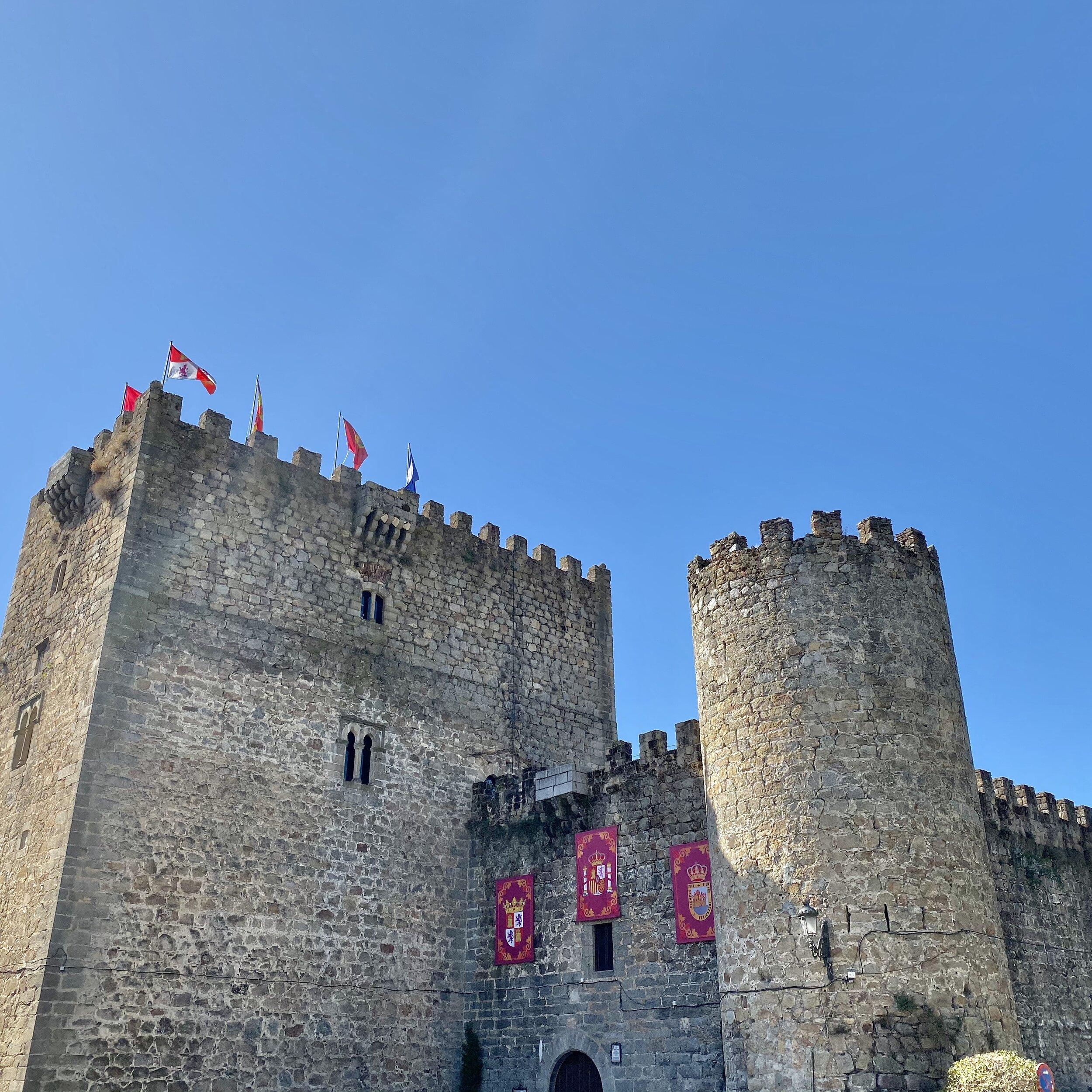 Vista exterior del castillo de Arenas de San Pedro.