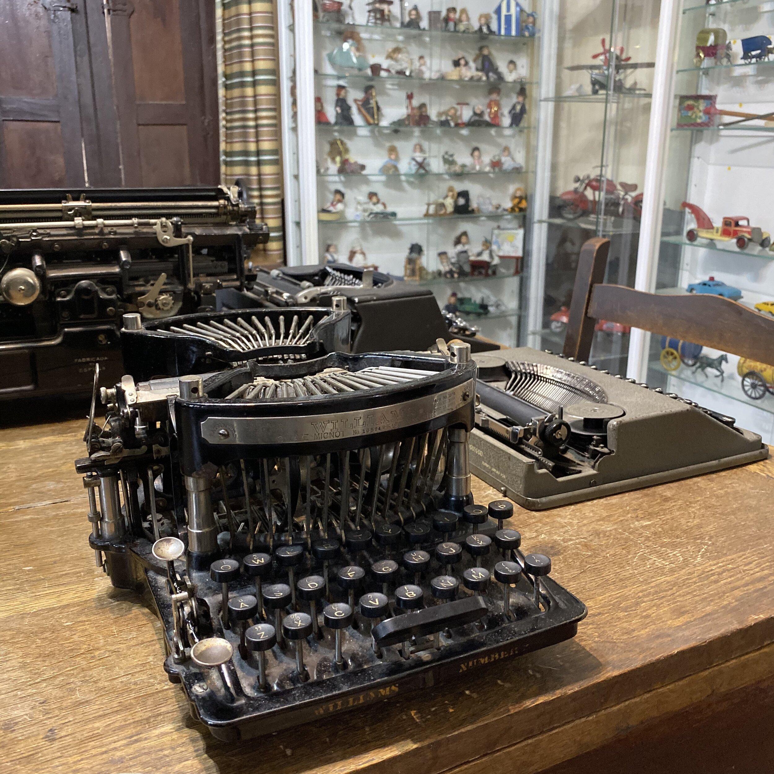 Máquinas de escribir en el Museo de Juguetes de Hojalata.