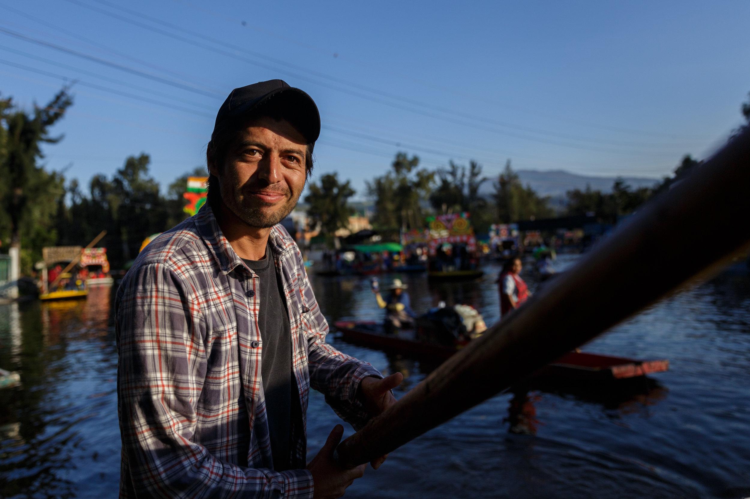 """Chava, el chofer de trajineras.  Colaboración para The Culture Trip en el articulo """"A View of Mexico City Through the Xochimilco Canals"""""""
