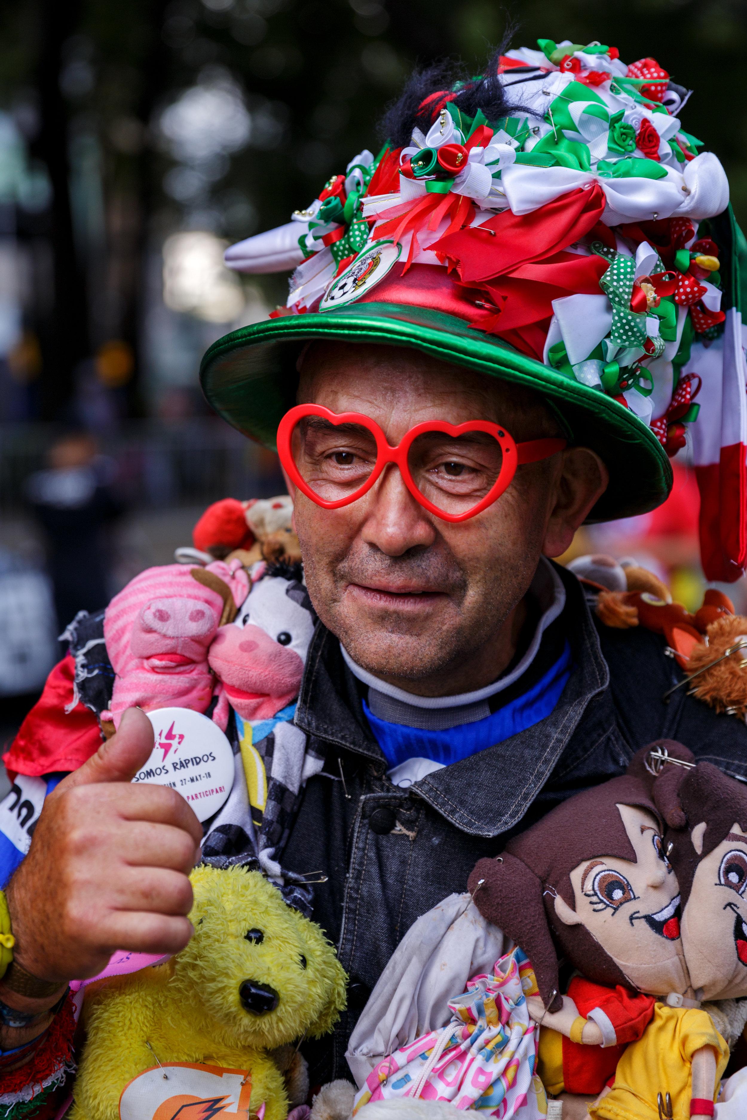 """Alejandro Ruiz usa un traje de 44 libras hecho de animales de peluche para inspirar a otros a correr.  Colaboración para The Culture Trip en el articulo """"Meet the 60-Year-Old from Mexico Who Runs Marathons Covered in Teddy Bears"""""""