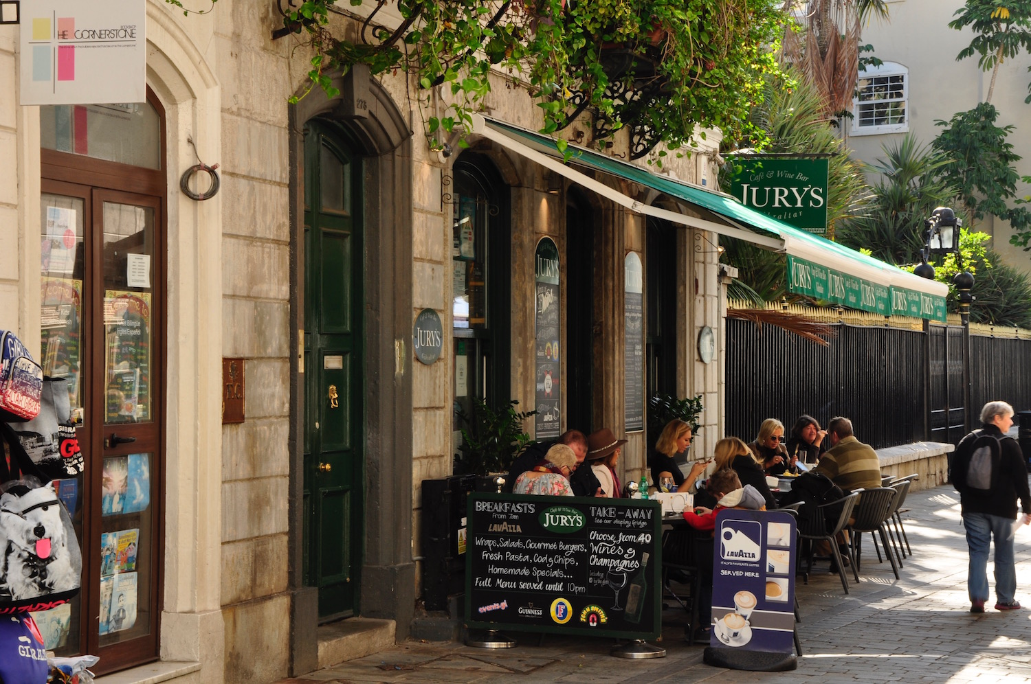 Jury's Cafe - Next to the Law Courts and a great 'witness box' for people-watching. This chic cafe does a roaring trade in legal lunches and eggs Benedict breakfasts. It's open from the crack 07.00 on weekdays, 09.00 at weekends.