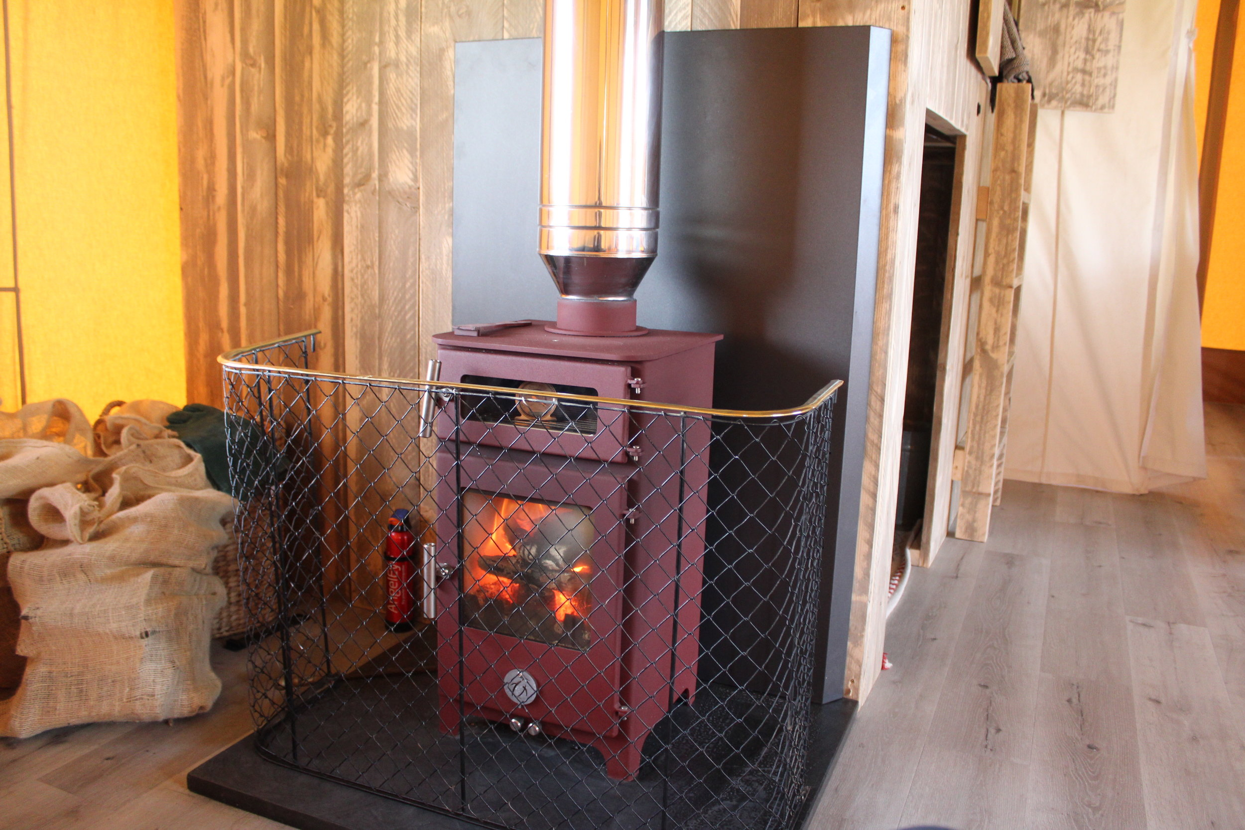 Eds stove with fireguard.JPG