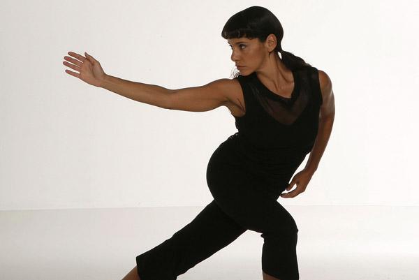 BODY DANCE - Allenamento cardiovascolare completo con diversi obiettivi: bruciare grassi, migliorare la postura e l'equilibrio dinamico, coordinare i movimenti e liberare la mente con i ritmi divertenti di Samba, Rumba, Cha cha cha…