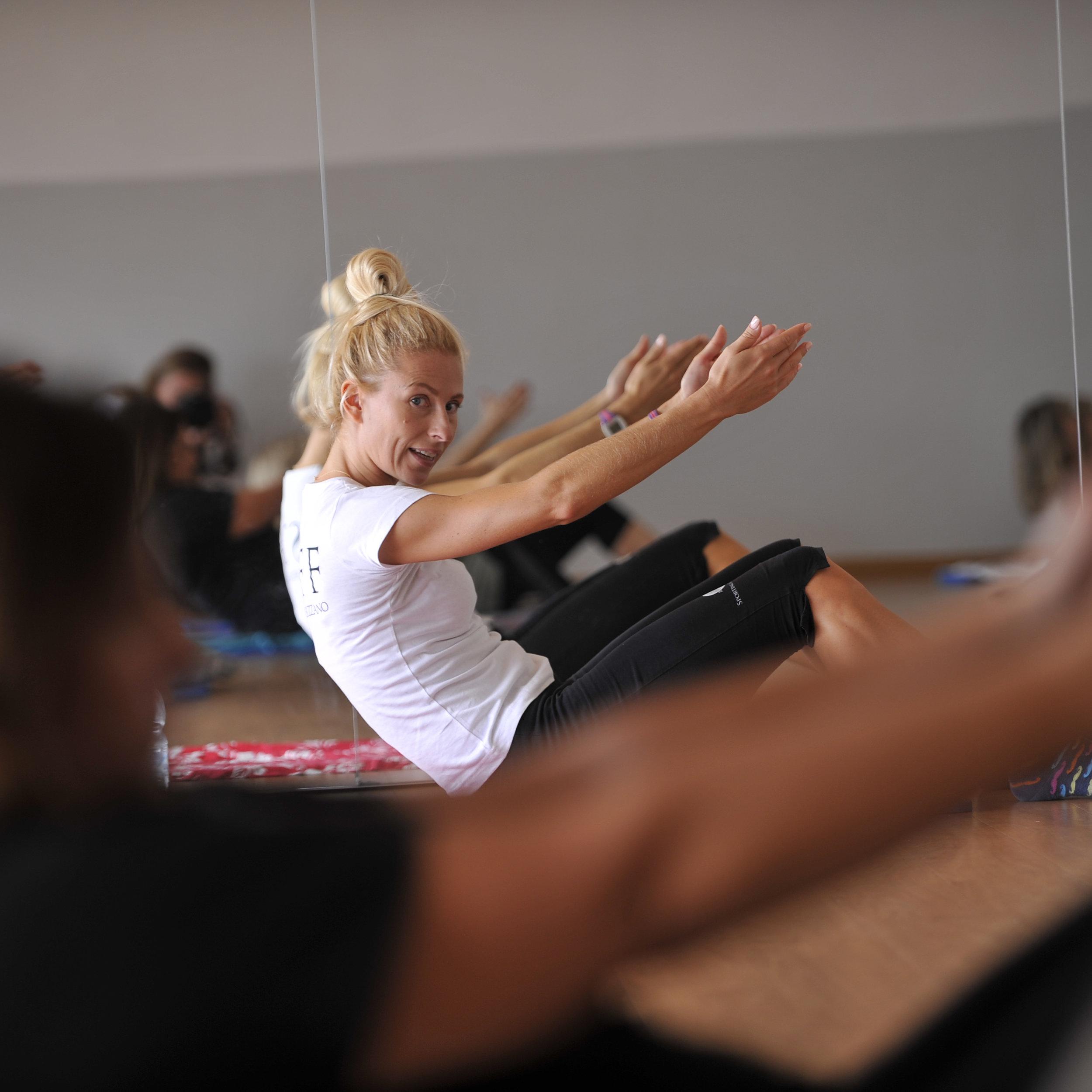 Pilates - Allenamento posturale che migliora l'equilibrio dinamico tonificando i muscoli, sviluppando elasticità muscolare e facendo acquisire consapevolezza del respiro e dell'allineamento della colonna vertebrale rinforzando i muscoli del piano profondo del tronco, importanti per alleviare e prevenire mal di schiena.