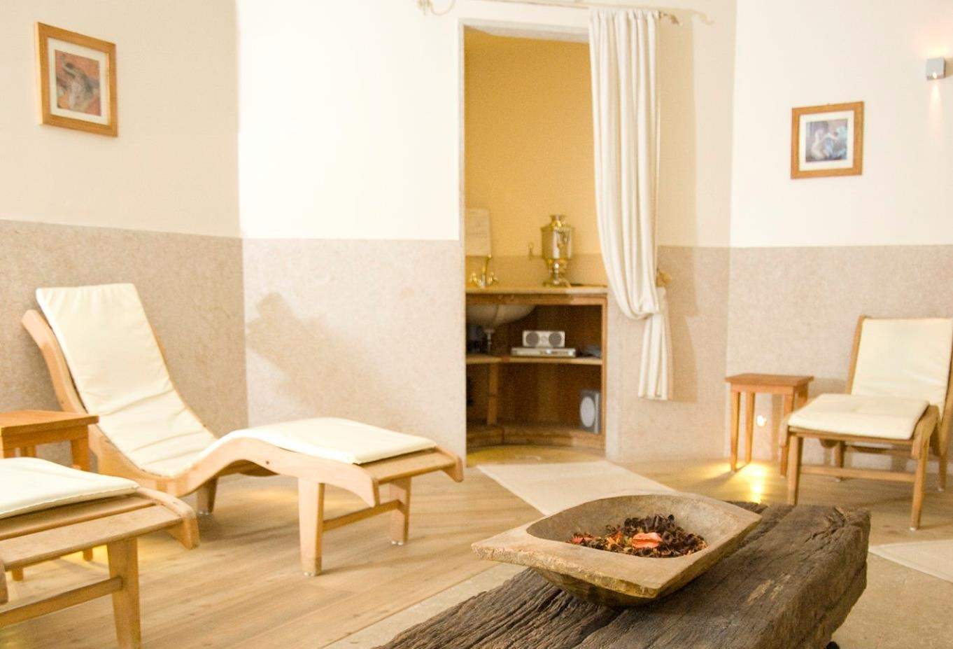 Il centro dispone di:Sauna Finlandese zona maschileBagno Turco zona maschileSauna Finlandese zona femminileBagno Turco zona femminileZona Relax mista -