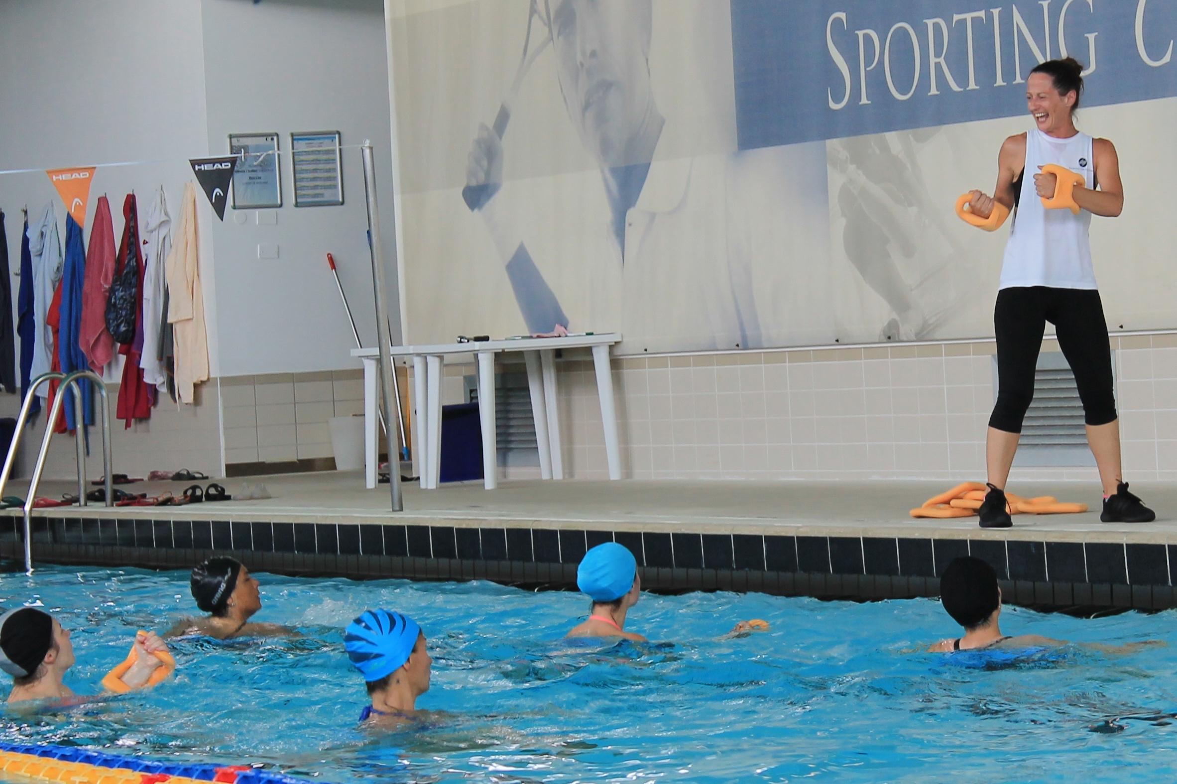 Acquagym - Lavoro aerobico e di tonificazione a corpo libero cercando di sfruttare la resistenza dell'acqua, per migliorare la flessibilità e il tono muscolare.