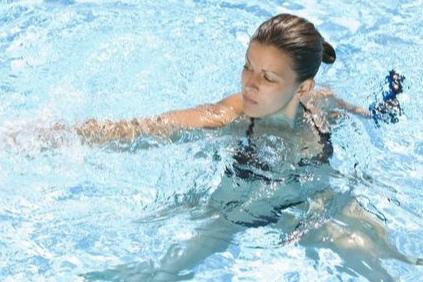 ACQUA FLUID PILATES - Applicazione dei principi del pilates all'attività in acqua. Allenamento di tutto il corpo, soprattutto del tronco, con movimenti lenti ampi e fluidi che vanno a ricreare la resistenza dell'acqua ed il disequilibrio che essa provoca muovendosi.