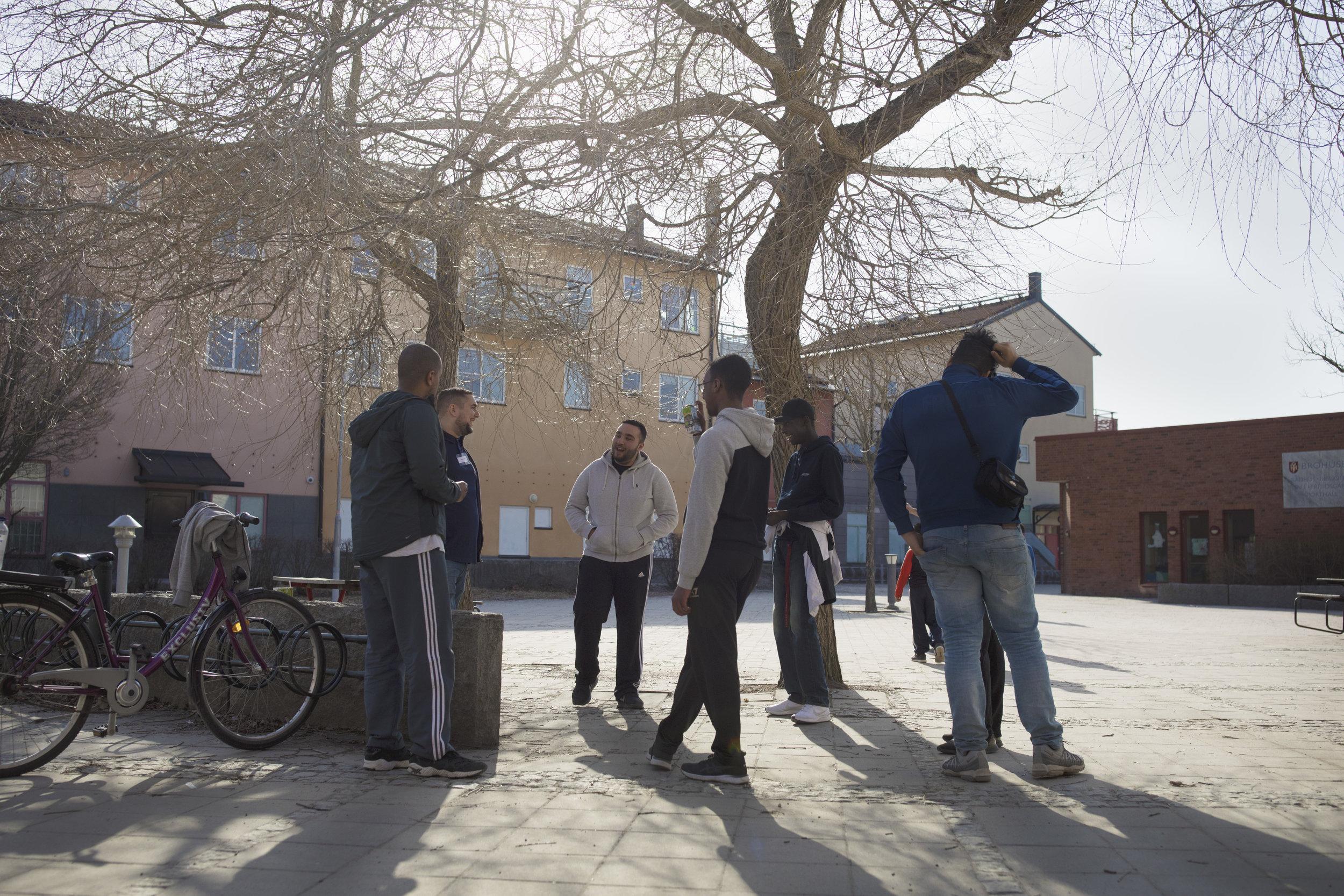 fritidsledare och ungdomar i samtal på torget i bro