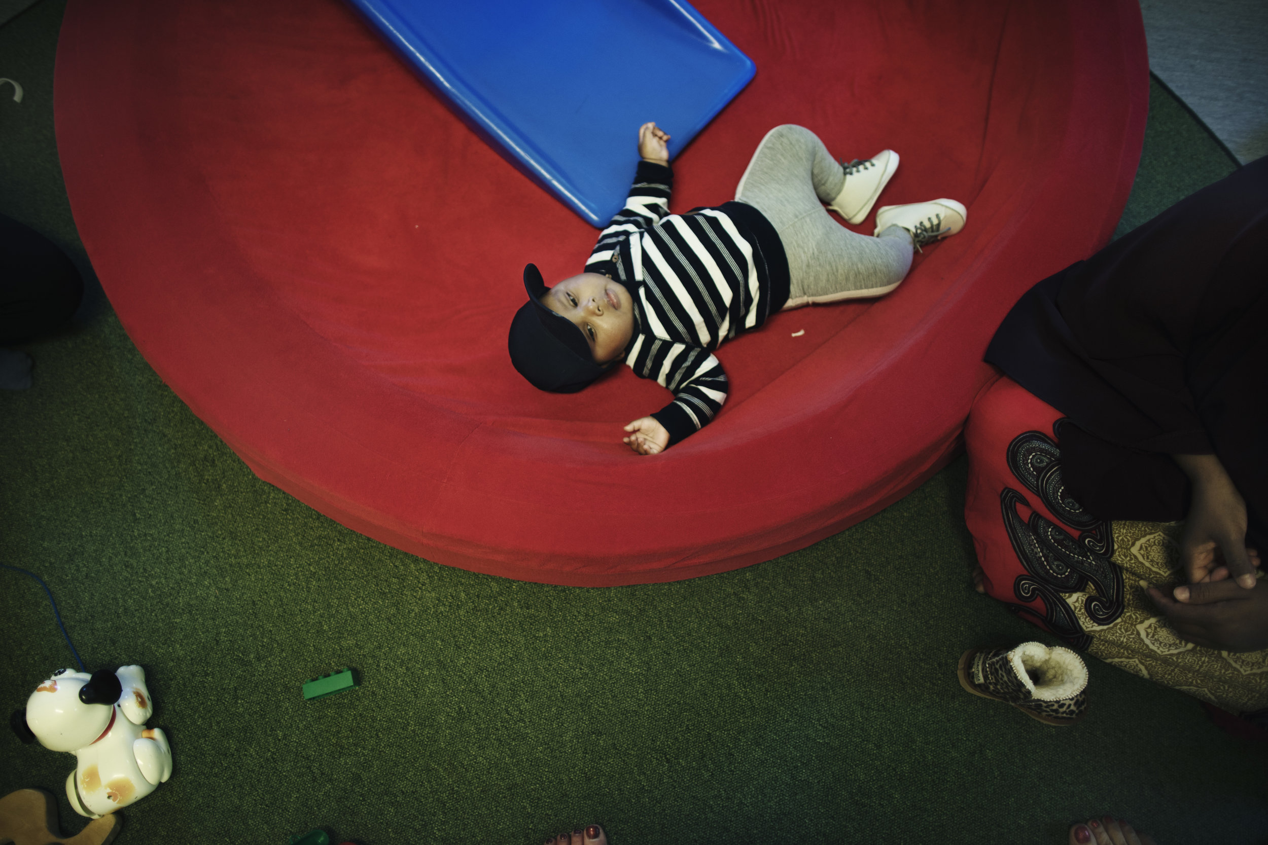 Sufyan Abduqaadir 5 månader är med sin mamma sovandes på öppna förskolan.