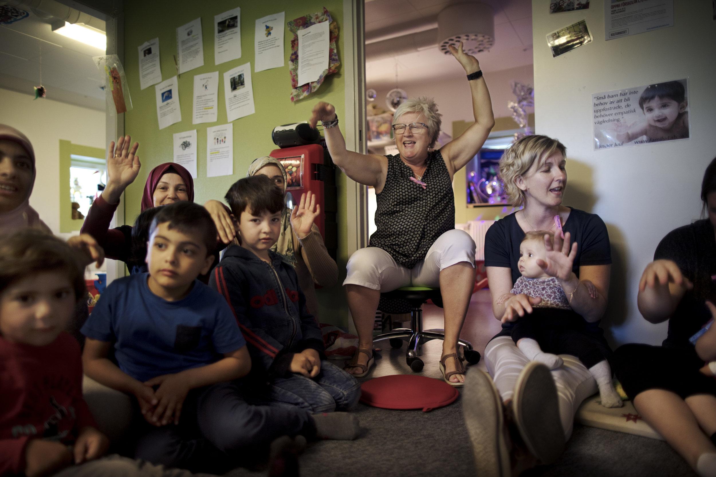 Helena Johansson driver sångstunden och förskolan tillsammans med Marika Palmqvist, som håller en bebis i knäet