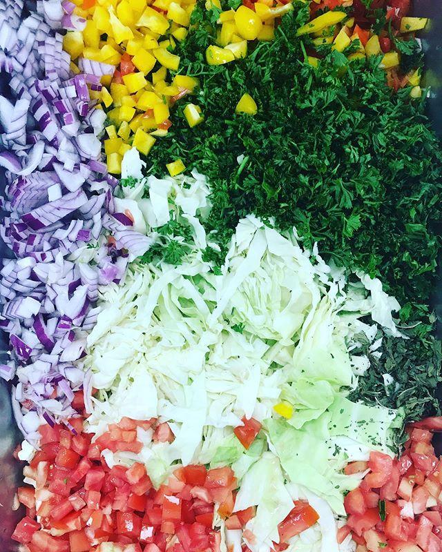 All is well when the food is fresh and beautiful 😍  #fresh #mediterranean #beautiful #salad #ensalada #deli #restaurant #vegetarian #vegan