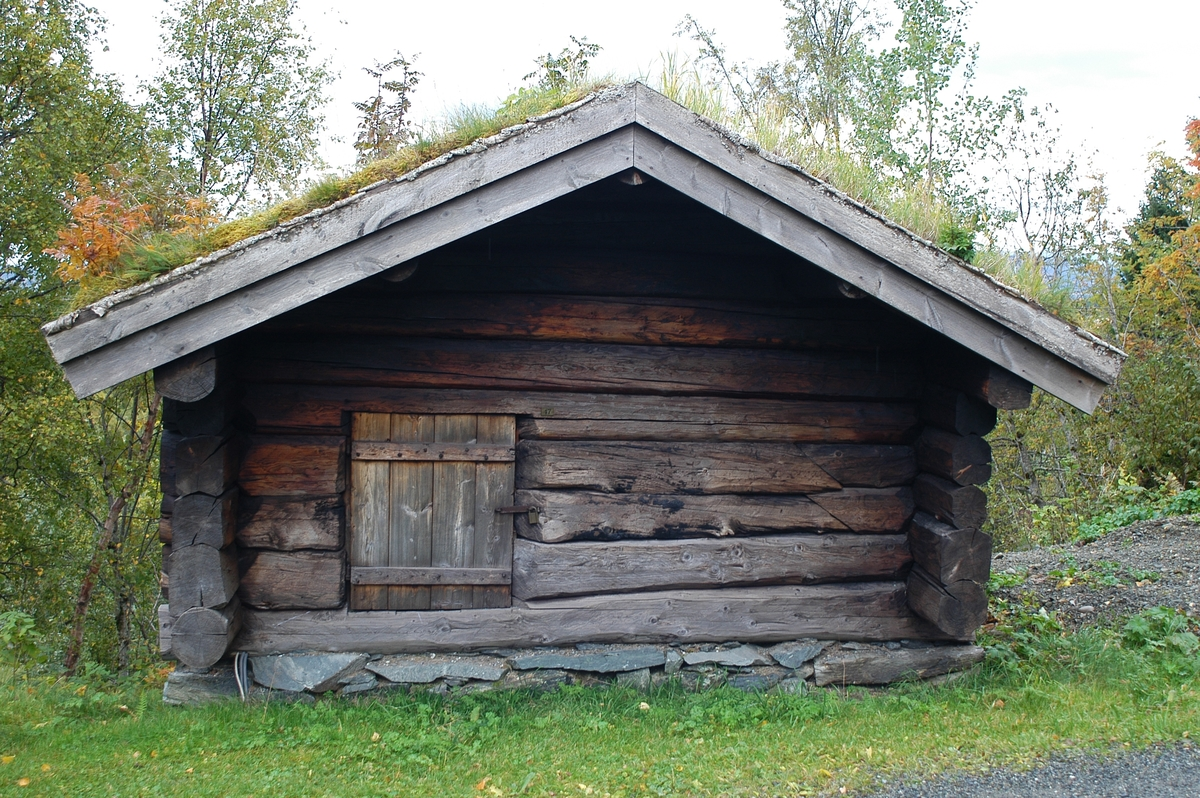 This is what a traditional Norwegian sauna in the 15-1700s looked like.A separate log house with a stone oven fired with wood.