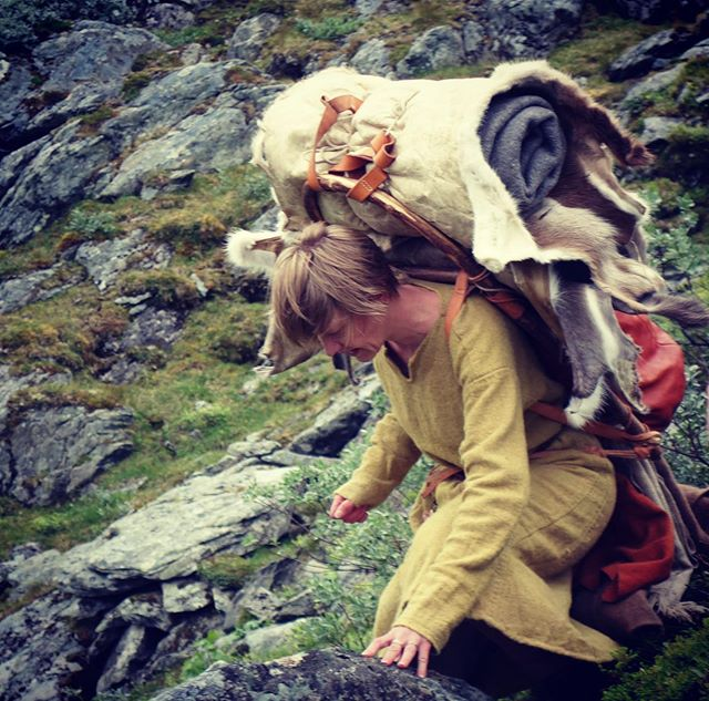 CEO of @handsonhistory Heidi going throug the mountain pass. Stong wind and a heavy, unsteady backpack. She was almost blown away 🥇 #vikinghiking #handsonhistory #posingforhistory #vikingkit @norwegian_secrets