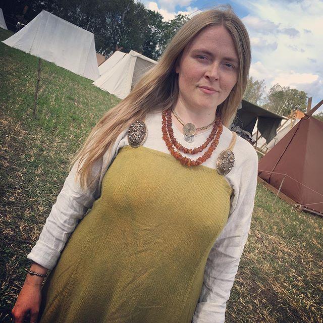 Emilie looking soooo goooood in my viking garbs 🖤👌 @midgardsblot @amplifiedhistory #heilung #heilungband @emilielorentzen.music #ingridgaladriel #vikingclothes #vikinggarbs #vikingdress