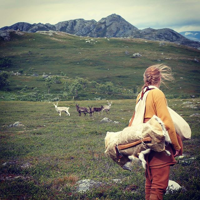 One of the most devine moments from our last hike 🖤 Surrounded by reindeers.  #vikinghiking @handsonhistory #posingforhistory #reindeers