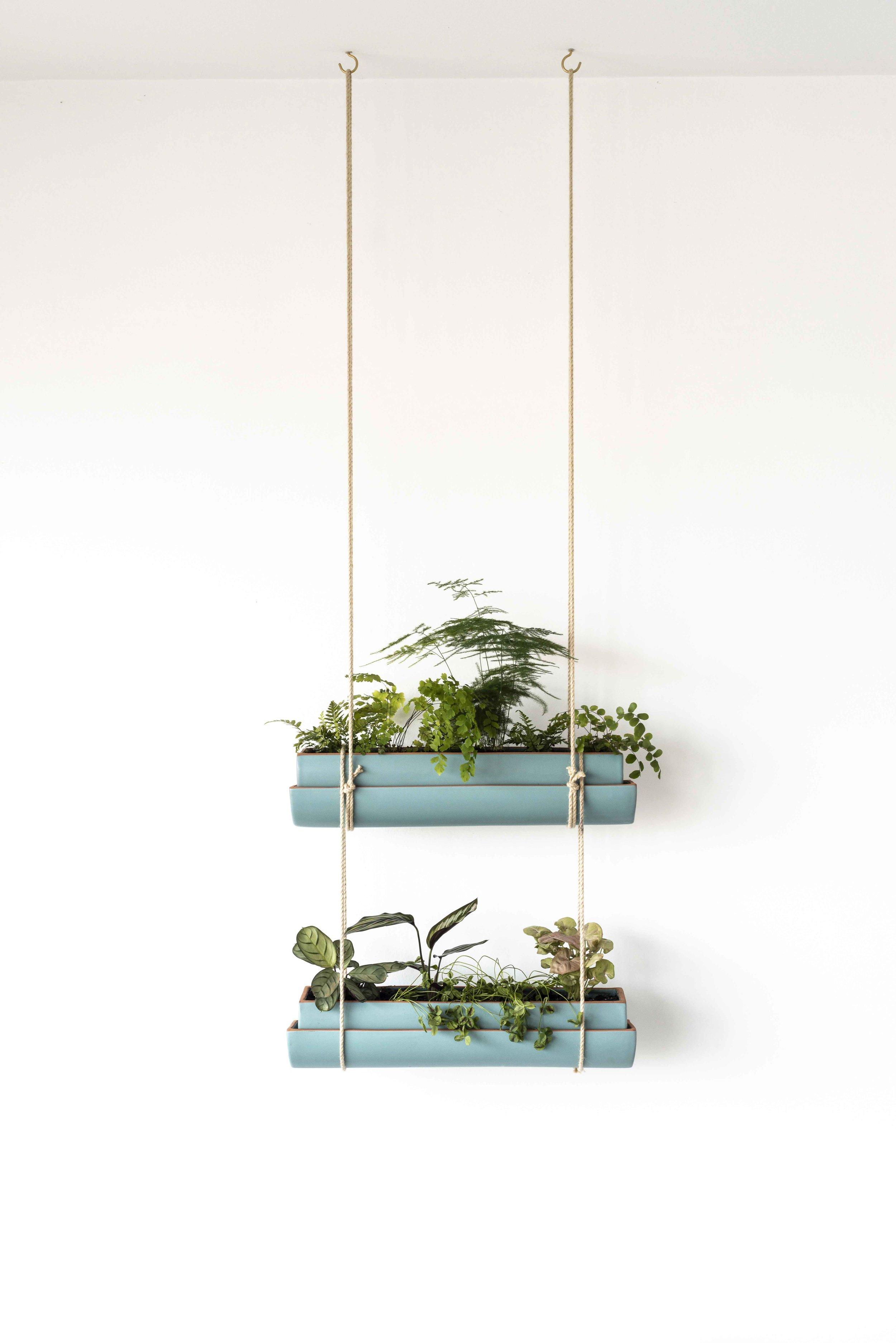 - Insérez votre seconde jardinière dans les cordes inférieuresSi vous suspendez plus de deux étages continuez selon le même principe.