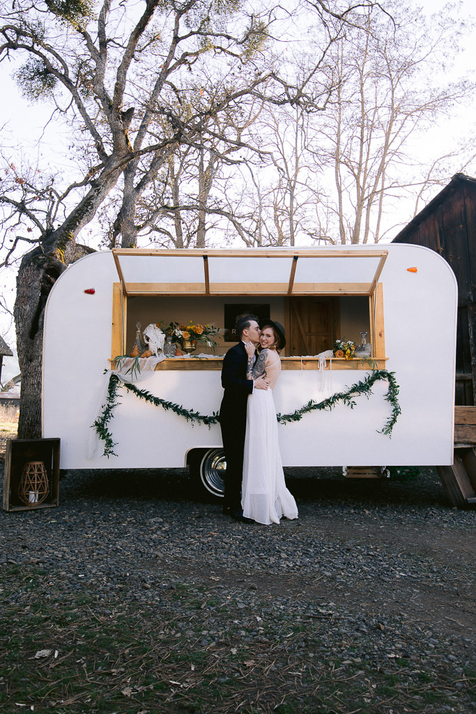 Bride and Groom at a Mobile Bar | Southern Oregon Wedding Photographer