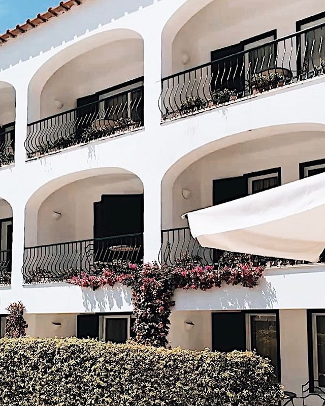 Another hotel GEM✨✨I will be doing a full recap on my blog when I get back!!!! Leave any questions below, I will answer them in the post☺️ Happy Sunday Queens . . . . . . #travelblogger #capri #capriitaly #caprihotel