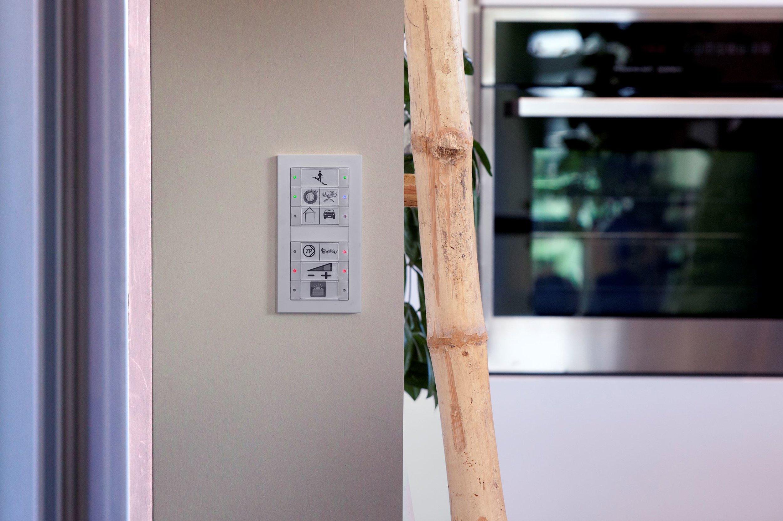 Тези многофункционални ключове са залепени на удобно място в дома и имат множество бутони, които са програмирани да се свързват с различни умни устройства.