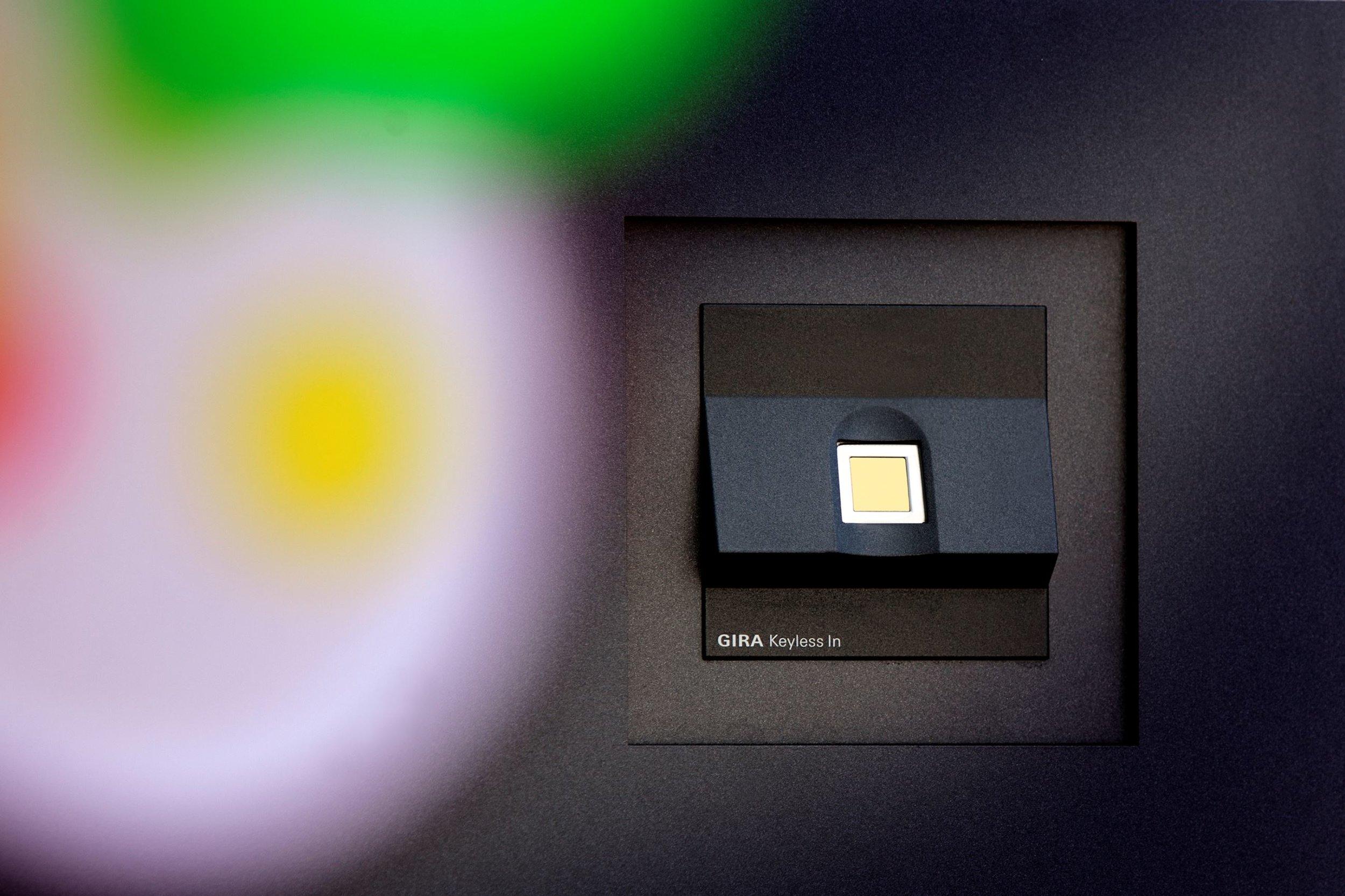 Сензорът за пръстов отпечатък отключва дома само за неговите собственици.