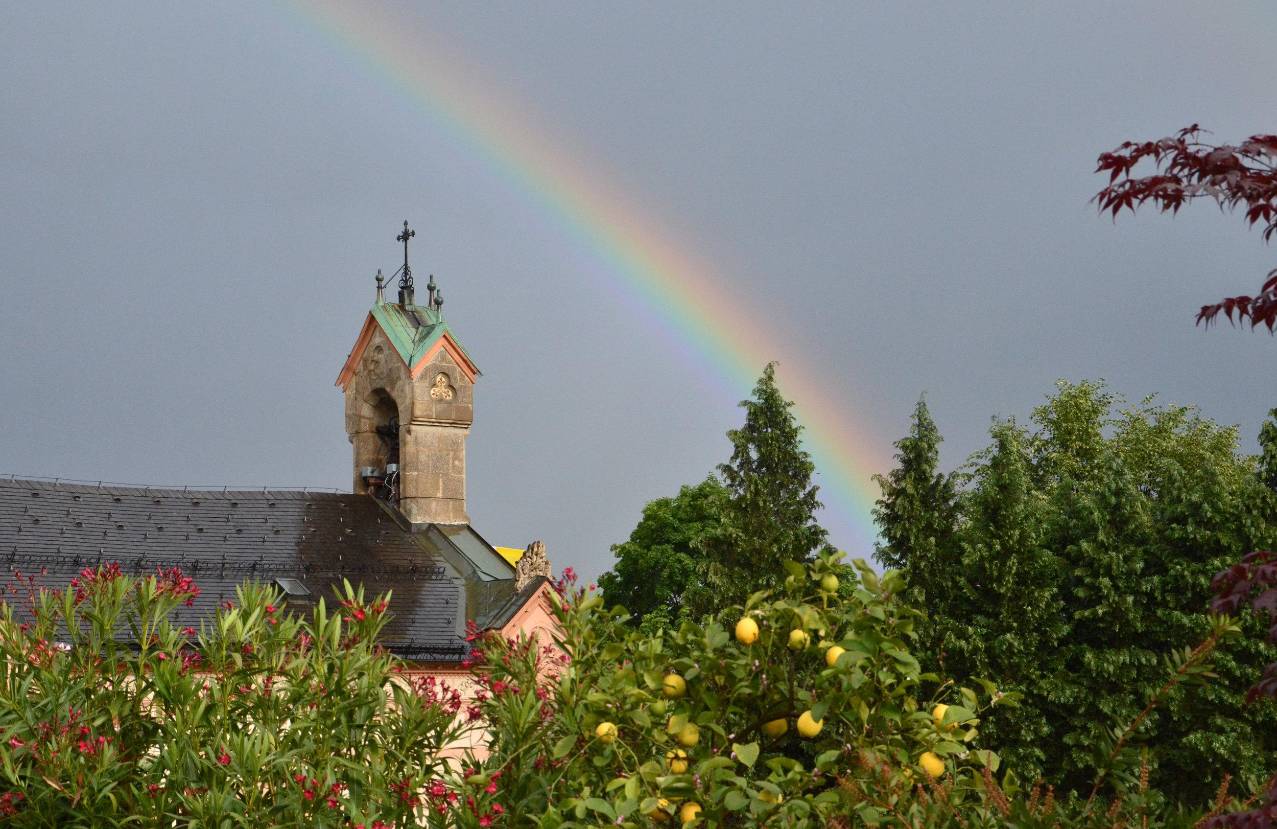 Regenbogen über der Kirche.JPG