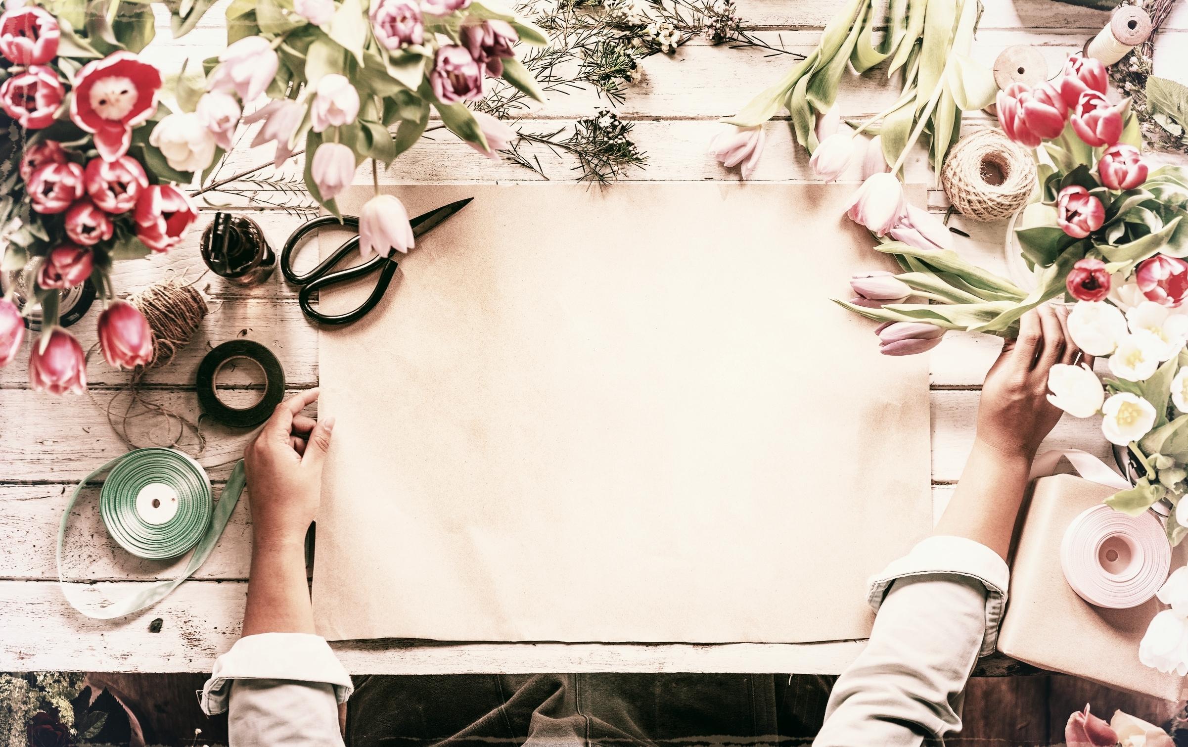 COMING SOON -    Wir haben so tolle Kurse für Euch geplant vom  eigenen Brautstrauß bis hin zu Gestecken und    Styling ist alles dabei. Wir müssen uns alle noch ein    wenig gedulden, da wir gerade unser Studio fürEuch renovieren. Für JGA stehen wir Euch    zur Verfügung! Schreibt uns eine Mail und   wenn ihr wissen möchtet, wann es mit den Kursen losgeht, meldet Euch für unseren Newsletter an!