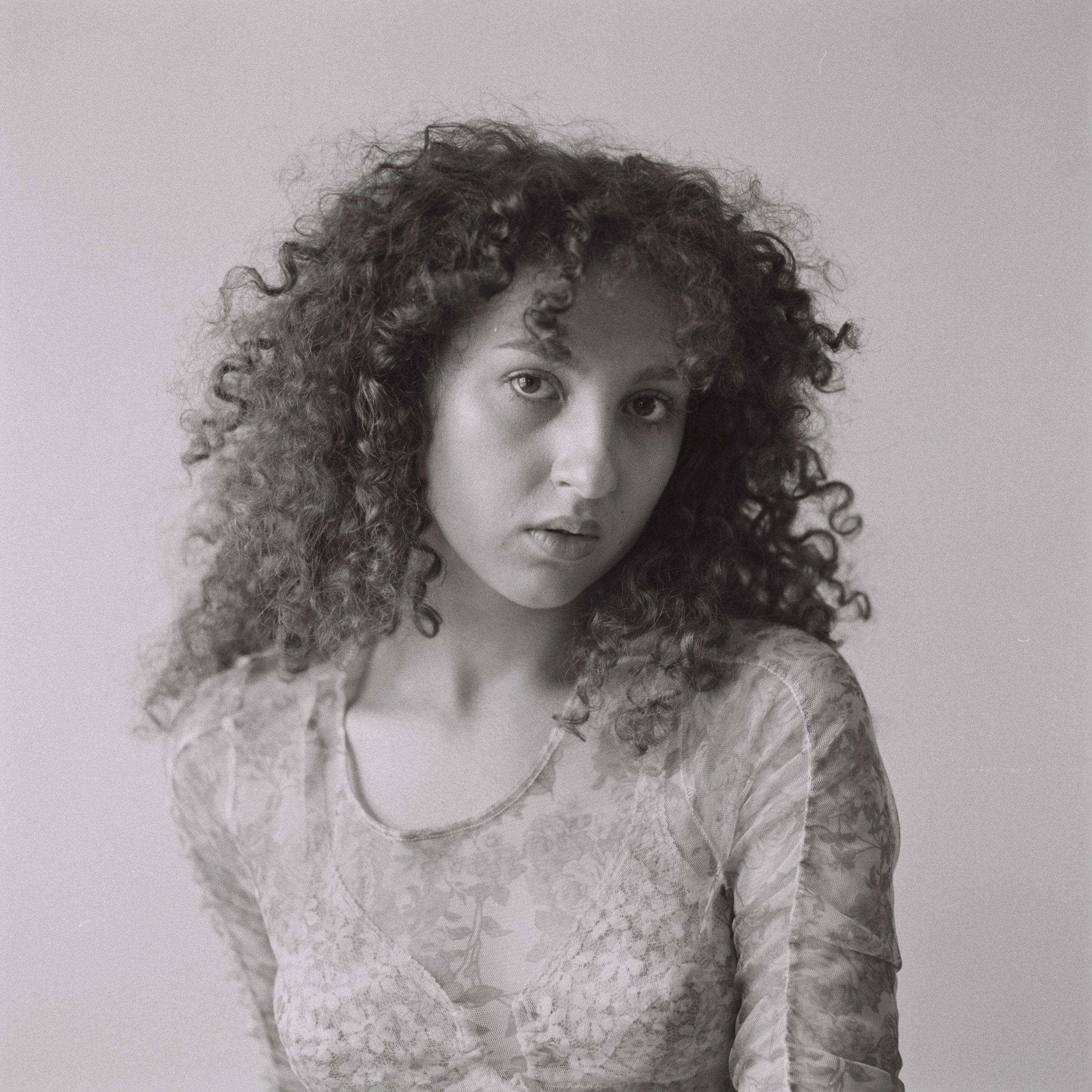 Portret nr. 2 - Laila Mubarak, Portret nr. 2, uit de serie Zoals zij is, 2018gelatine zilverafdruk op PE-papier, ed. 5 + 2 AP, 80 x 80 cm€ 2275,- incl. btw, lijst Amerikaans noten & art glass, certificaat van authenticiteit