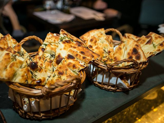 Crostinis e corniccionis são perfeitos para começar os trabalhos aqui na Carbone! E essealecrim... hummm... perfumam todo o ambiente! 💛 ____________________________________ #crostini #corniccioni #italianfood #italianfoodfloripa #alecrim #alecrimdourado