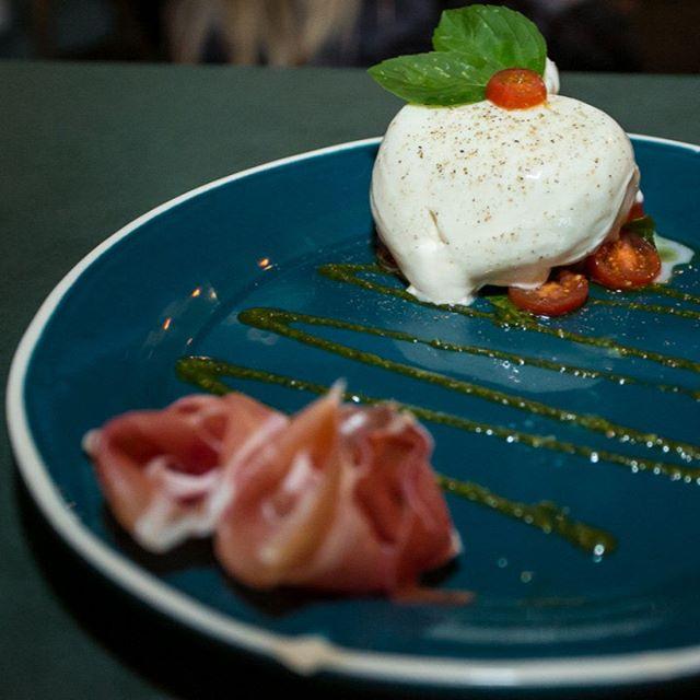 Aquela Burrata desmanchando na boca. Que tal? 🧀 Aqui temos três opções: Tradizionale, Parma (foto) e Al Forno!  Qual a sua favorita? 💛 ____________________________________ #burrata #burratafloripa #parma #tradizionale #alforno #carbone