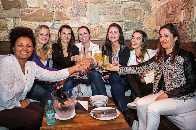 A Carbone Pizzeria é uma excelente opção para a comemoração de aniversários, happy hours, e até mesmo eventos corporativos . 🎉🍹 Você pode optar por um dos nossos Lounges (foto) ou então pela mesa que comporta até 14 pessoas em frente ao pizzaiolo! 🍕 Entre em contato com a gente e saiba mais: 48 4042.6212 📞 ___________________________________ #reservas #corporativo #aniversários #happyhour #comemoreaqui #saibamais