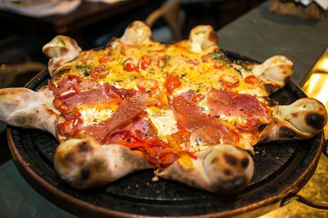 Pizza e vinho para esses dias gelados, que tal? 🍕🍷 Vem pra Carbone! Nosso ambiente é uma delícia e nossas pizzas não tem igual! ______________________________________  #pizzafloripa #pizzaevinho #carbone #invernofloripa #squaresc #pizzeria