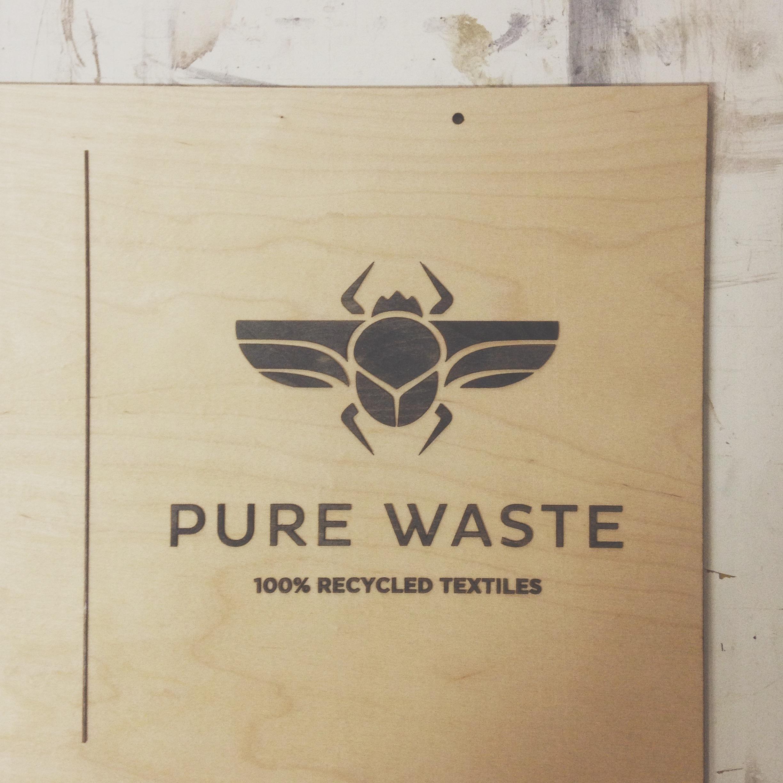 Pure Waste vanerinen kyltti laserleikattu painettu valokuva