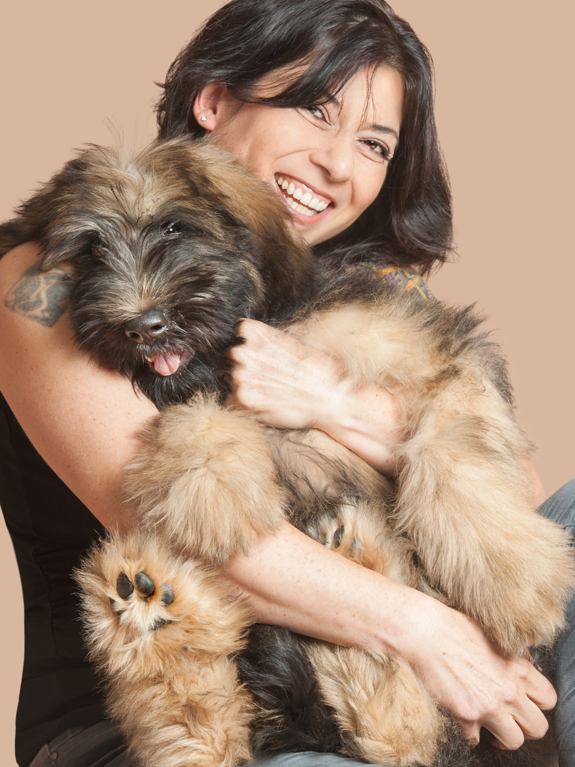 Paola-Paladini-Studio-Woman-and-dog-hugging