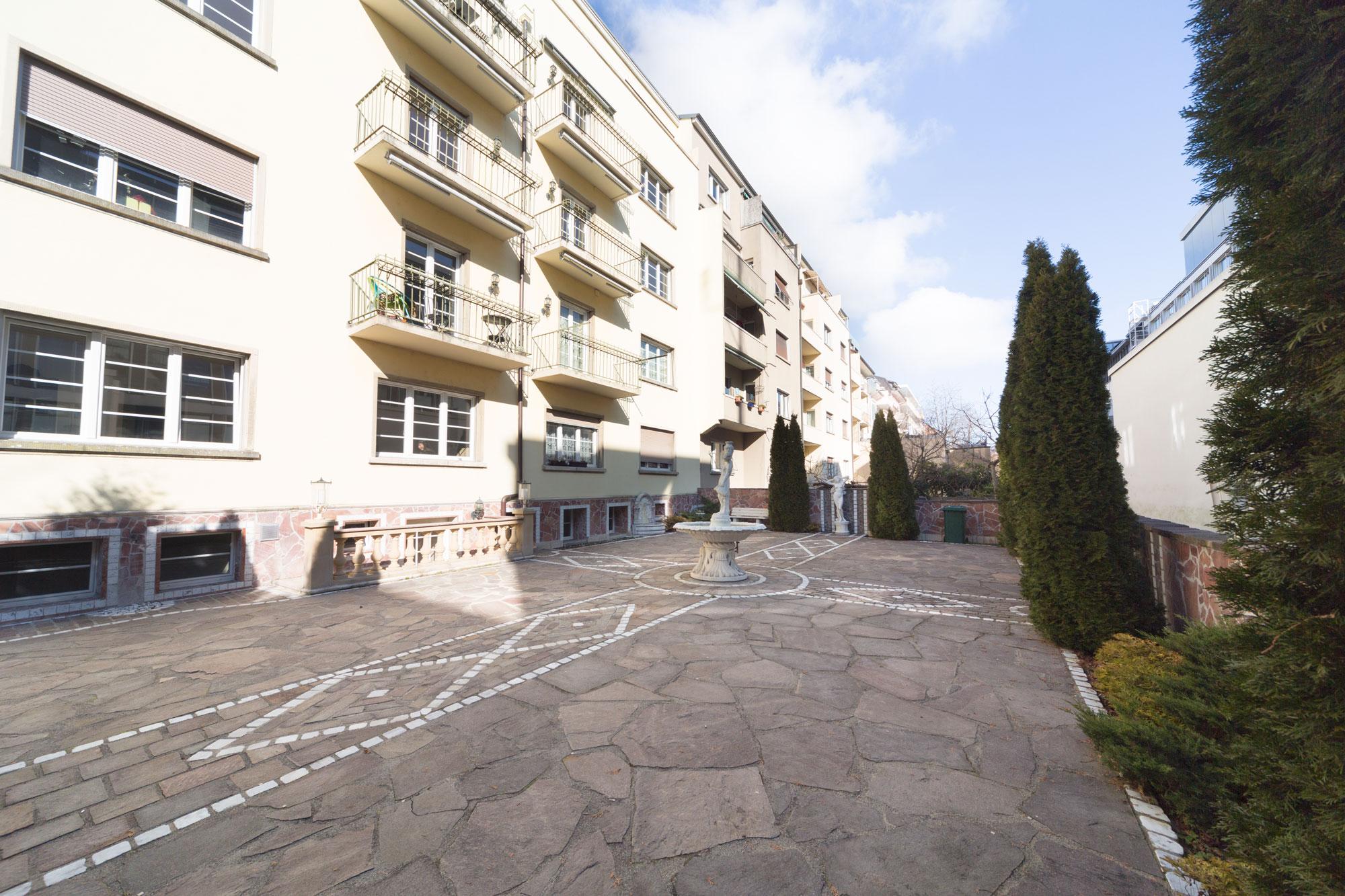 - Ruhige erholsame Lage, schöner Innenhof / Gartenanlage.