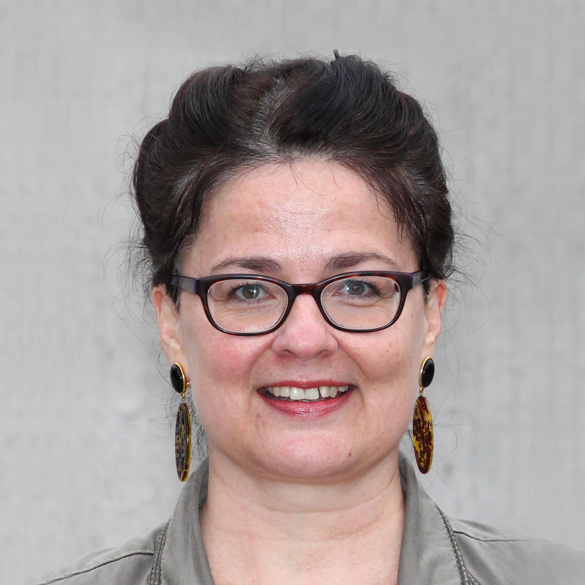 Dr. Annemarie Mertens - Yoga Philosophie   In ihrer Jugend, ist Annemarie mit ihrem Vater mehrfach durch Indien gereist. Schon damals fasste sie den Entschluss, sich später einmal intensiv mit diesem Land zu befassen und Indologin zu werden. Nach dem Studium der Indologie,Vorderasiatischen Archäologie und Philosophie in Münster/ Westfalen kam sie 1997 an die Universität Zürich.  Annemarie gibt Sprach- und Lektürekurse sowie Seminare zur indischen Kulturgeschichte – z.B. zur Religion, Philosophie, Literatur und Gesellschaft. In der Yogalives-Ausbildung möchte Annemarie den künftigen Yoga-Lehrenden einen fundierten Überblick über massgebliche historische Hintergründe sowie zentrale Erscheinungsformen und Konzepte der Yoga-Tradition geben. Dies soll den Lernenden helfen, einen persönlichen Zugang zu den für ihre erfolgreiche Berufstätigkeit grundlegenden indischen Texten und Lehren zu finden