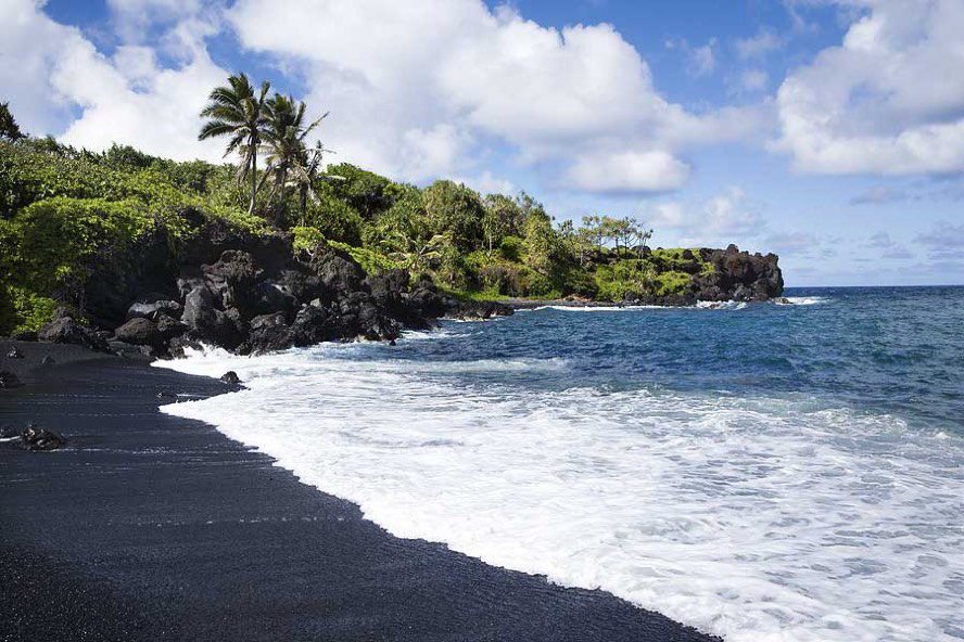 Black sand beaches. Amongst the better beaches in the area are Berawa, Nelayan, Echo Beach and Pererenan