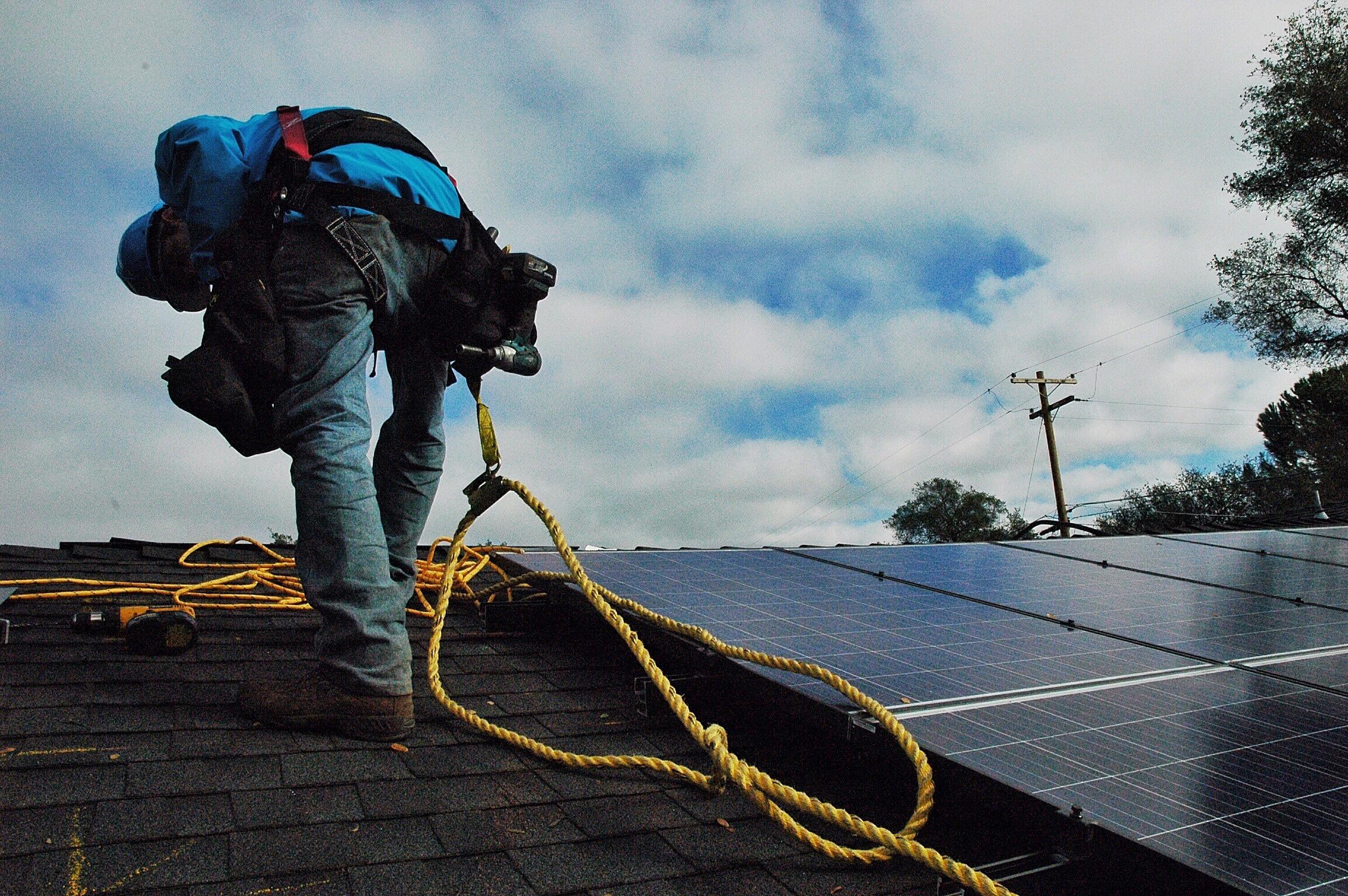 clean-reusable-energy-solar-panels-instillation-in-northern-california_t20_bkpA0g.jpg