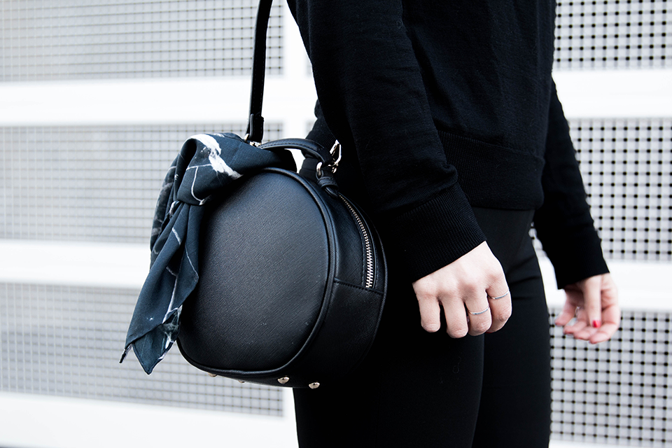 noa-noir-fashion-outfit-all-black-minimal-style-inspiration-monochrome-look-marble-scarf-minimalist-blogger-3.png