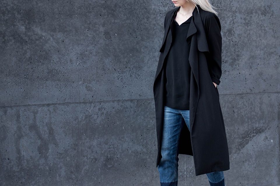 noa-noir-fashion-outfit-all-black-cropped-fringed-denim-minimal-streetstyle-inspiration-1.png