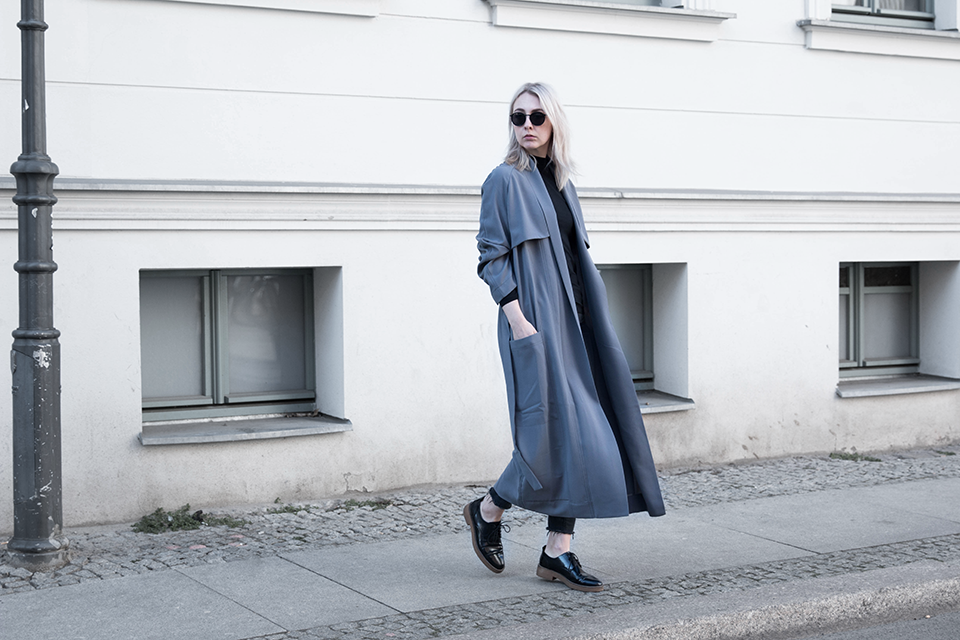 noa-noir-fashion-outfit-all-black-house-of-sunny-trenchcoat-minimal-streetstyle-inspiration-3.png