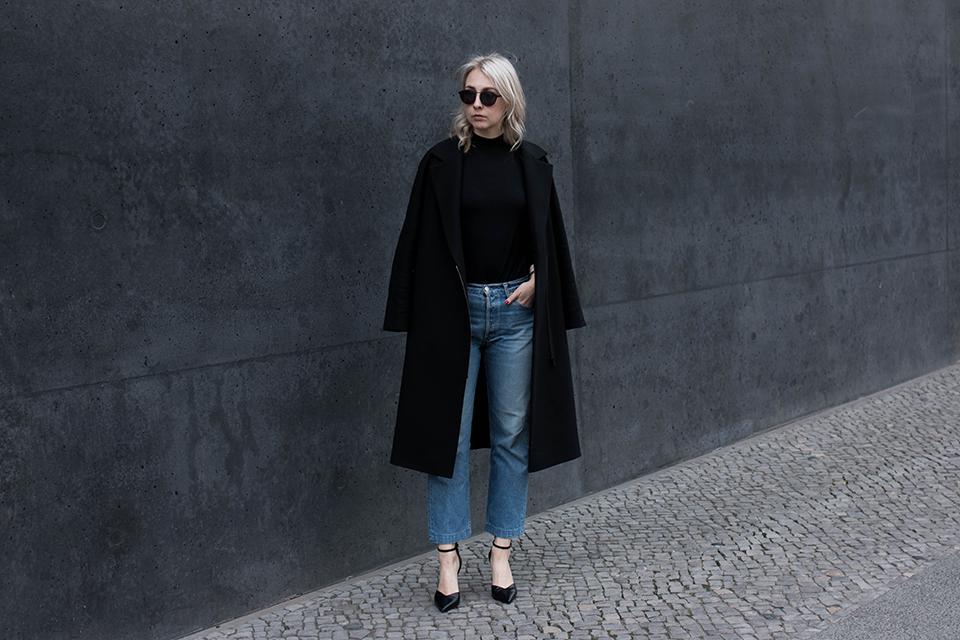 noa-noir-fashion-outfit-vintage-levis-501-all-black-ankle-strap-heels-scandinavian-style-1.png