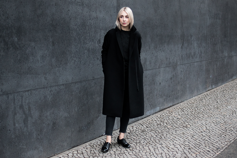noa-noir-fashion-outfit-fringed-cropped-denim-all-black-minimal-streetstyle-inspiration-silver-blonde-hair-3.png