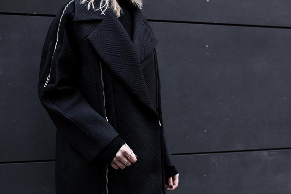 noa-noir-fashion-outfit-all-black-monochrome-minimal-style-asos-zign-scandivian-streetstyle-2.png