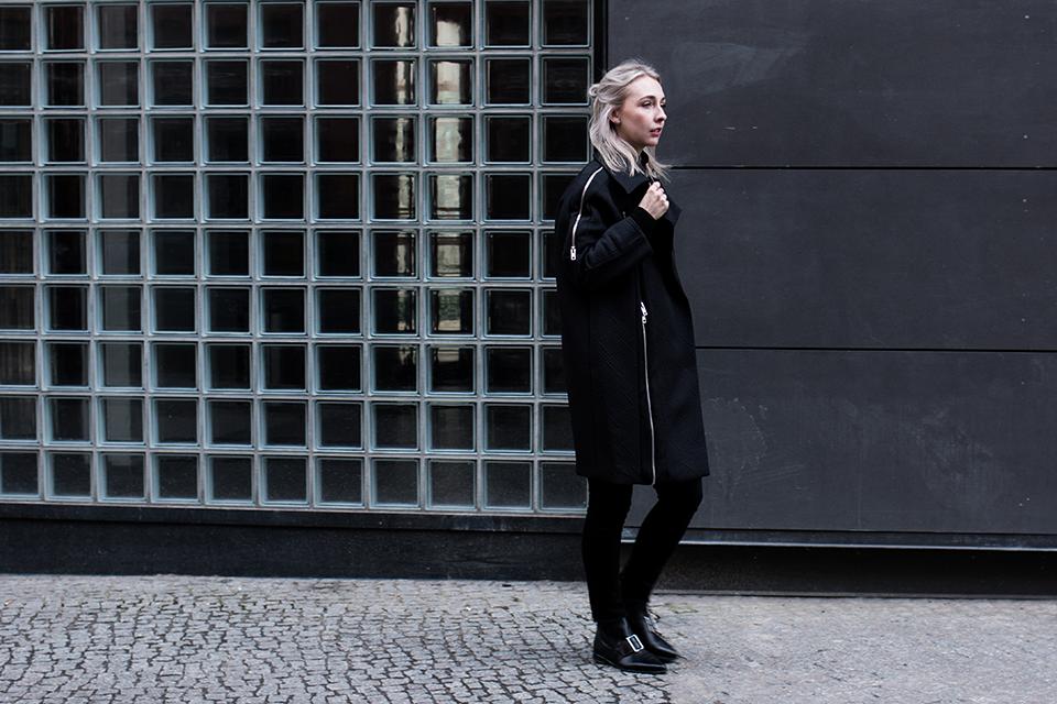 noa-noir-fashion-outfit-all-black-monochrome-minimal-style-asos-zign-scandivian-streetstyle-3.png
