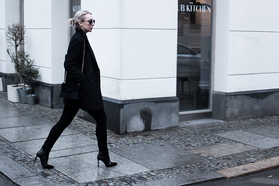 noa-noir-fashion-outfit-all-black-minimal-french-paris-streetstyle-inspiration-round-sunglasses-1.png