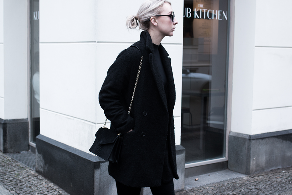 noa-noir-fashion-outfit-all-black-minimal-french-paris-streetstyle-inspiration-round-sunglasses-2.png