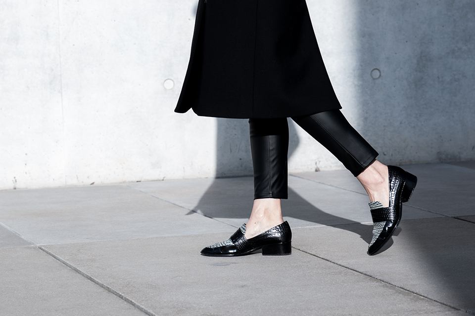 noa-noir-fashion-outfit-all-black-minimal-style-inspiration-lack-of-color-hat-loafers-4.png